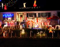 밤길 환하게 밝히는 화려한 크리스마스 장식