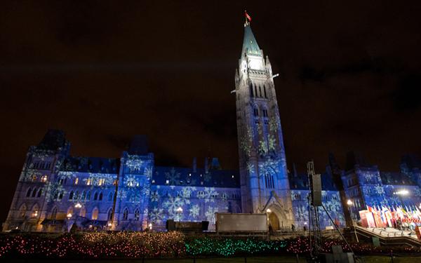 크리스마스 전구로 장식된 캐나다 의회