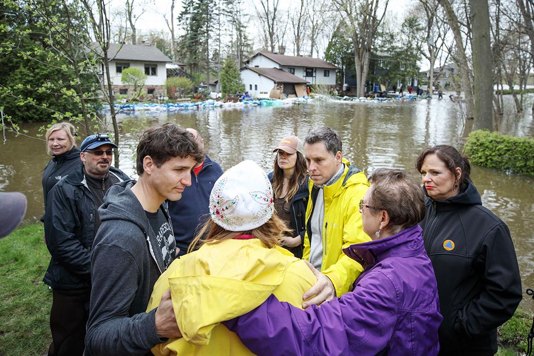 홍수 비상 지역 방문한 트뤼도 총리