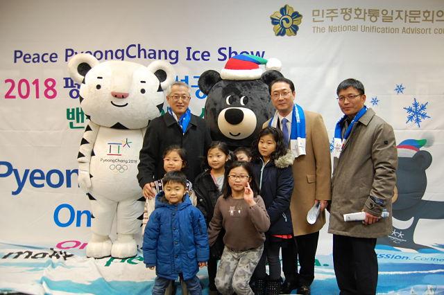지난 20일 열린 밴쿠버아이스쇼 행사 포토존에서 김건 총영사(가운데), 코트라 정형식 관장(왼쪽), 실협의 박진철 회장이 어린아이들과 기념 촬영을 하고 있다. 사진 김혜경 기자