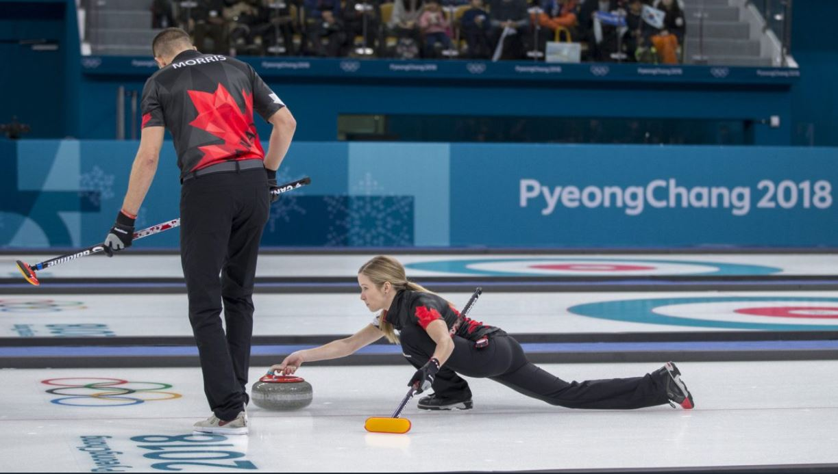 평창올림픽 스타트! 캐나다의 첫 예선 경기 중인 컬링 대표팀 선수들